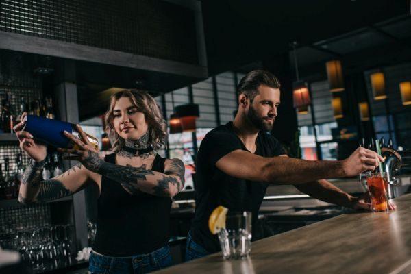 cursos-bartender-coctelera-istock