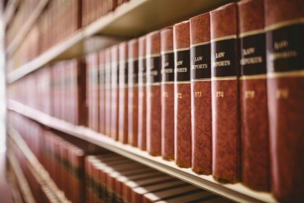 test-de-la-constitucion-espanola-oposiciones-ejemplos-libros-derecho-istock
