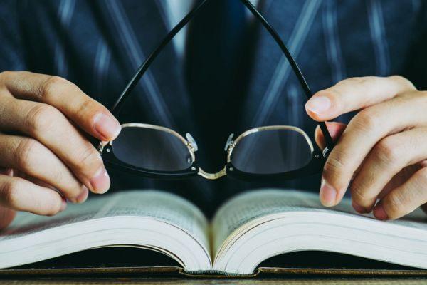 test-de-la-constitucion-espanola-oposiciones-ejemplos-libros-gafas-istock
