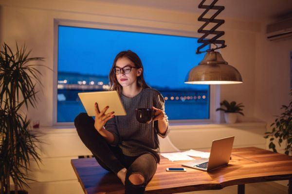 teletrabajo-como-trabajar-en-casa-mujer-cafe-istock