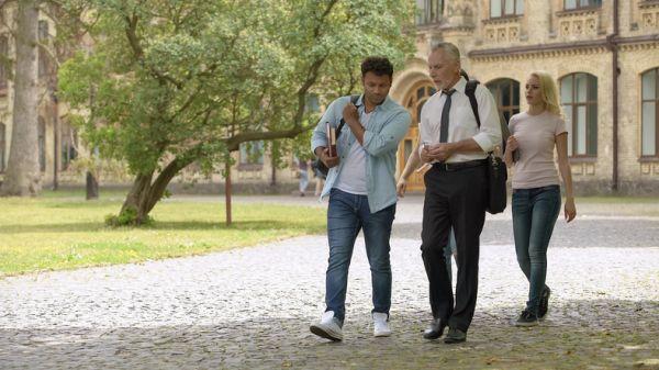Profesor camina con alumnos