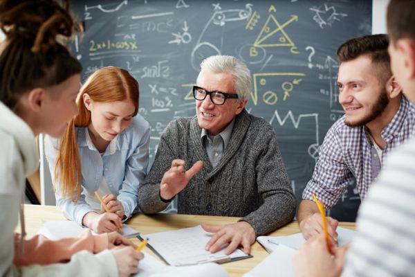 Profesor explica a alumnos