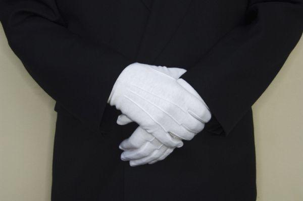 Manos con guantes de portero de discoteca