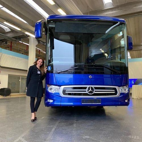 Mujer junto a autobús