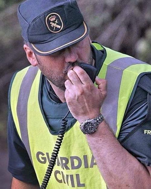 Guardia civil hablando por radio
