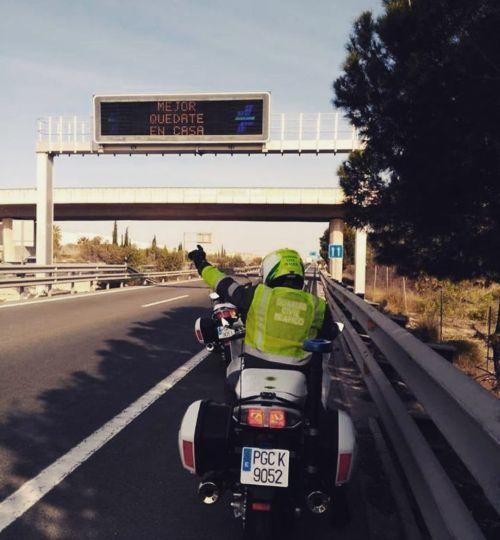 """Guardia civil en moto bajo el mensaje """"Quédate en casa"""""""