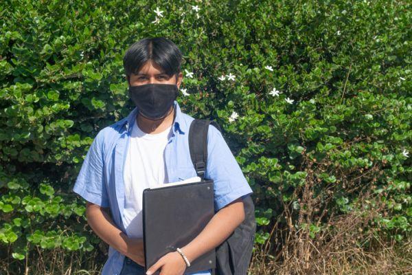 Becas usal requisitos estudiante latino con mascarilla