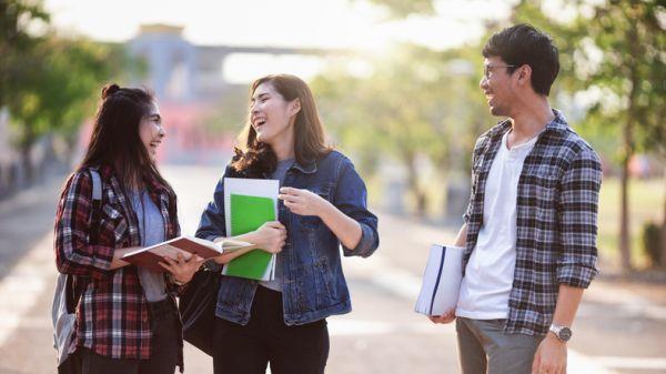 Becas usal requisitos estudiantes riendo