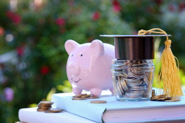Becas usal requisitos monedas en frasco con gorro graduado libros y cerdo