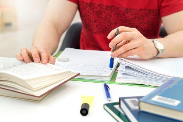 Becas usal requisitos torso de joven estudiando