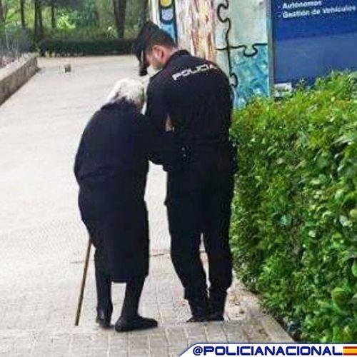 Policía Nacional ayudando a señora mayor