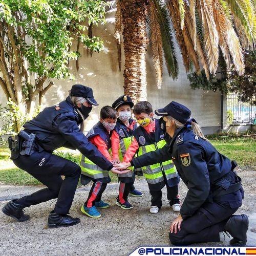 Policía Nacional con niños