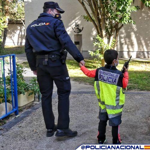 Policía Nacional con niño