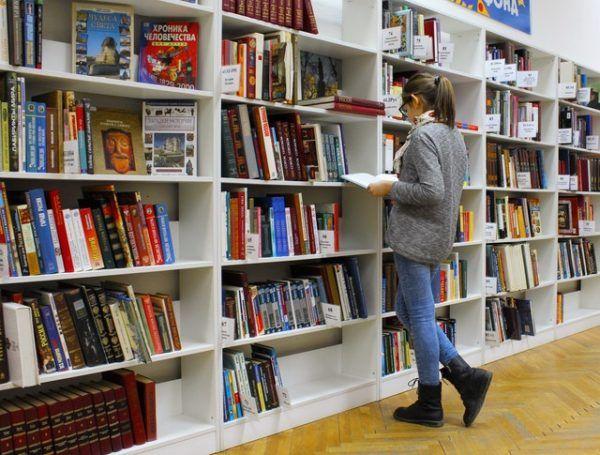 Joven leyendo en Biblioteca