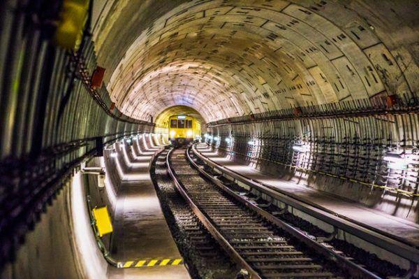 Tren por el túnel