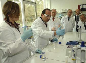 comisario_markos_kyprianou_ensaya_laboratorio_alimentario