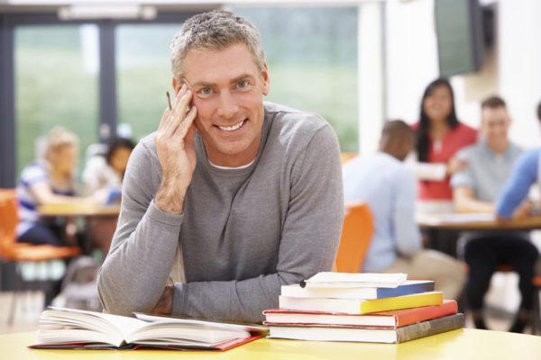 acceso-universidad-para-mayores-de-45-anos-requisitos-hombre-estudiando-en-biblioteca