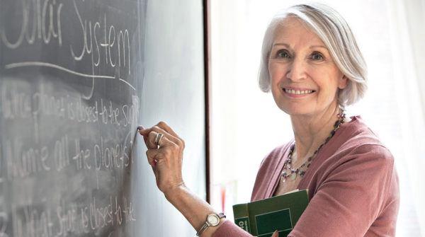 acceso-universidad-para-mayores-de-45-anos-pruebas-mujer-estudiando-pizarron