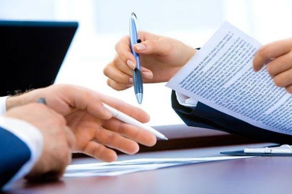 carta-de-recomendacion-documento-manos-boligrafos