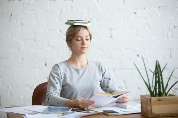 test-psicotecnicos-para-oposiciones-chica-libros-cabeza