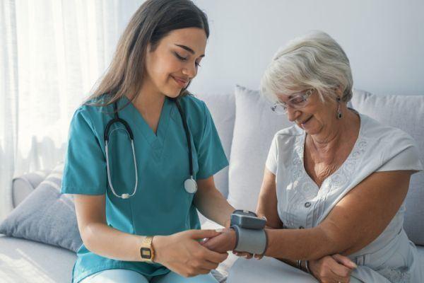 carreras-de-ciencias-de-la-salud-con-mas-salidas-laborales-enfermera-istock