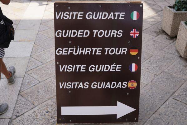 cuanto-gana-un-guia-de-free-tour-istock