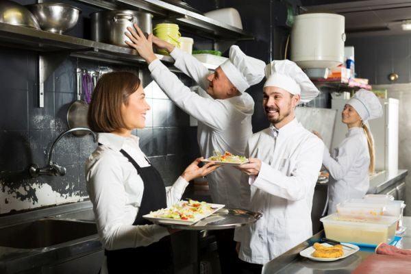 curso-de-manipulacion-de-alimentos-restaurante-cocina-istock