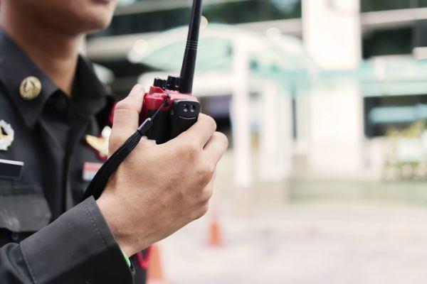 curso-de-vigilante-de-seguridad-walkie-istock