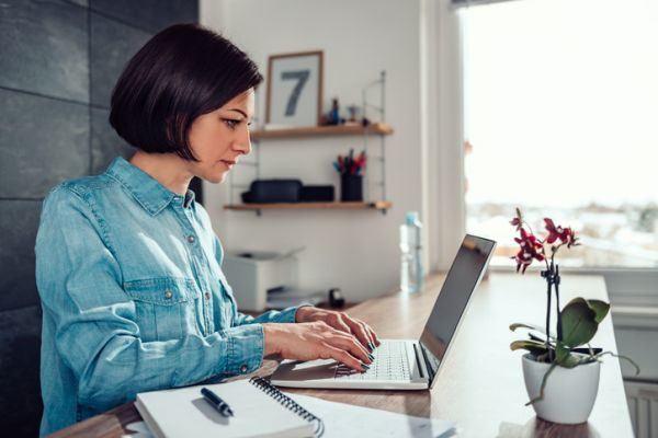 aplicaciones-para-hacer-teletrabajo-mujer-laptop-istock