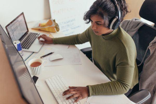teletrabajo-como-trabajar-en-casa-mujer-auriculares-istock