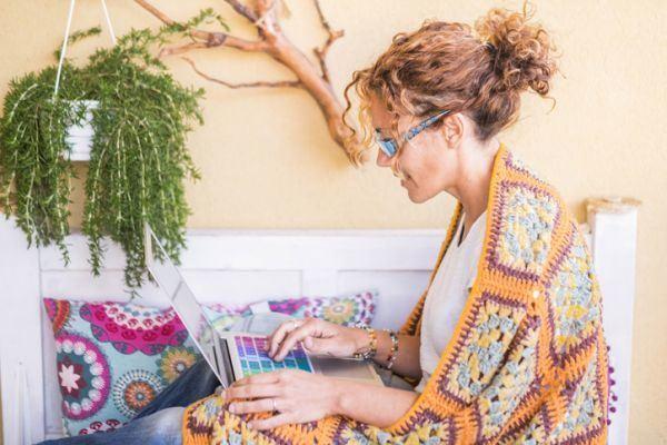 teletrabajo-como-trabajar-en-casa-mujer-manta-istock